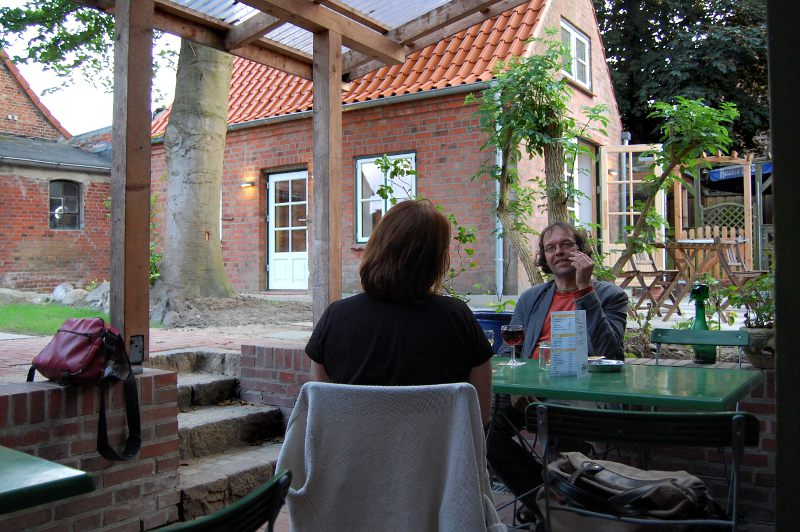 Die Gäste der Bornholdt-Terrasse erleben einen entspannten Hofgarten.