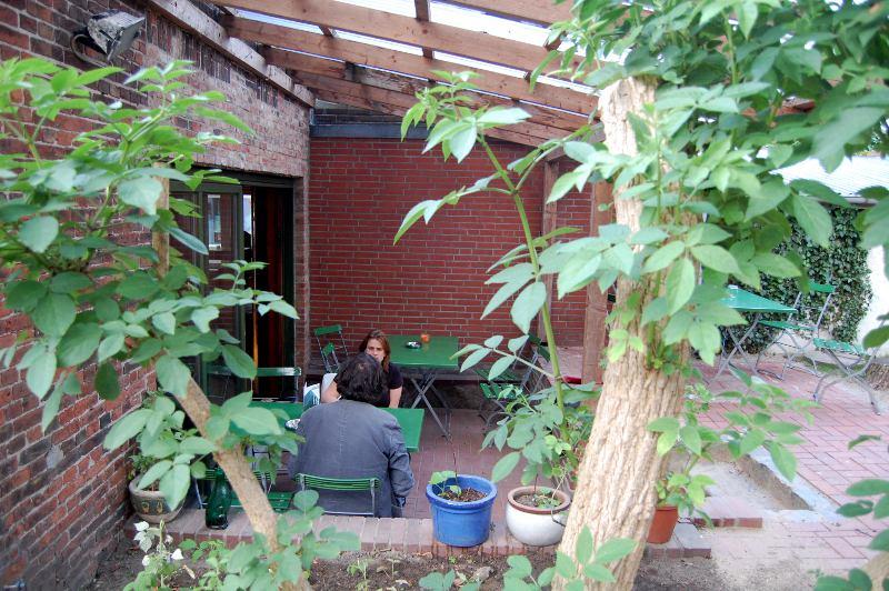 Blick durch den Naschgarten zur Terrasse.